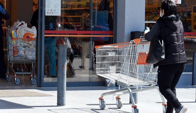 Γυναίκα έξω από σούπερ μάρκετ