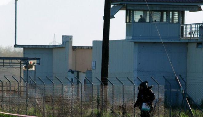 Στο στιγμιότυπο πυροτεχνουργοί του Στρατού ερευνούν το χώρο για χειροβομβίδες και άλλες εκρηκτικές ύλες από την μάχη που έγινε κατα την διάρκεια της απόδρασης από τις Φυλακές Τρικάλων. Έντεκα αλλοδαποί κρατούμενοι απέδρασαν από την έπειτα από την ολονύχτια μάχη μεταξύ κρατουμένων και φρουρών. Η καταμέτρηση των κρατουμένων έγινε το πρωί του Σαββάτου 23 Μαρτίου 2013, μετά την είσοδο των ΕΚΑΜ στην φυλακή. Σύμφωνα με το υπουργείο Δικαιοσύνης, οι δραπέτες είναι όλοι καταδικασμένοι για ληστείες και κλοπές. Η οργανωμένη απόπειρα απόδρασης σημειώθηκε το βράδυ της Παρασκευής με πυροβολισμούς και δύο τραυματίες εξωτερικούς φρουρούς, ο ένας εκ των οποίων σοβαρά. (EUROKINISSI/ΘΑΝΑΣΗΣ ΚΑΛΛΙΑΡΑΣ)