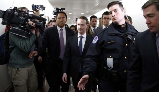 Με κοστούμι κια γραβάτα ο Μαρκ Ζάκερμπεργκ εμφανίστηκε ενώπιον των Γερουσιαστών του Κογκρέσου