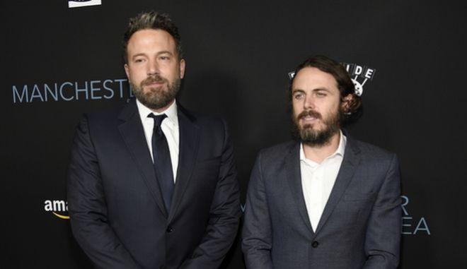"""Ο Μπεν Άφλεκ και ο αδερφός του Κέισι στην πρεμιέρα της ταινίας """"Manchester by the Sea"""""""