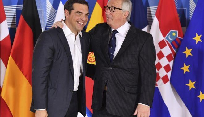 O πρωθυπουργός Αλέξης Τσίπρας με τον πρόεδρο της Κομισιόν Ζαν Κλοντ Γιούνκερ