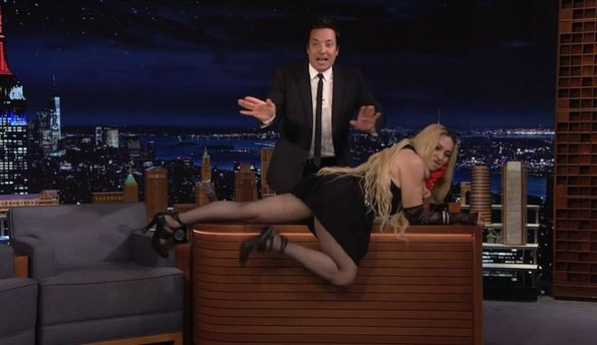 """Η Μαντόνα ξάπλωσε στο γραφείο του """"The Tonight Show"""" και προκάλεσε ταραχή"""