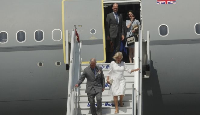 Πρίγκιπας Κάρολος και Δούκισσα Καμίλα κατά την άφιξή τους στο αεροδρόμιο Ελ. Βενιζέλος