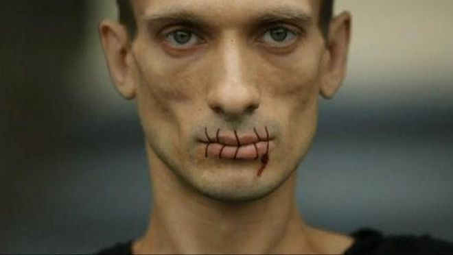Παβλένσκι: Ο ακτιβιστής που έραψε τα χείλη του και κατέστρεψε έναν πολιτικό