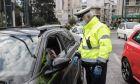 Έλεγχοι από αστυνομικούς σε πολίτες για την εφαρμογή των πρόσθετων μέτρων με απαγόρευση κυκλοφορίας.