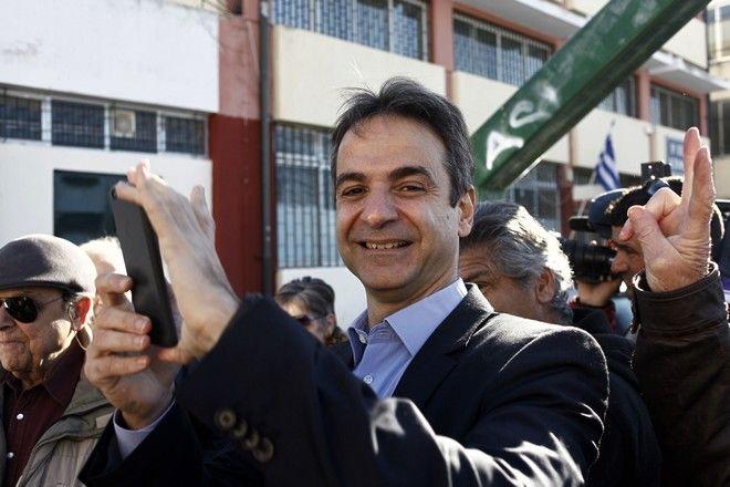 Ο υποψήφιος πρόεδρος της Νέας Δημοκρατίας Κυριάκος Μητσοτάκης στο εκλογικό τμήμα στο 1ο Γυμνάσιο-Λύκειο Κηφισιάς, όπου ψήφισε την Κυριακή 20 Δεκεμβρίου 2015.  (EUROKINISSI)