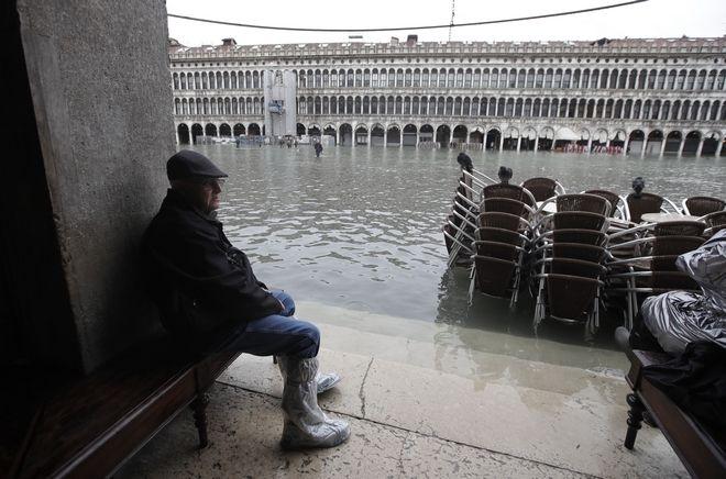 Η πλημμυρισμένη πλατεία του Αγίου Μάρκου στη Βενετία