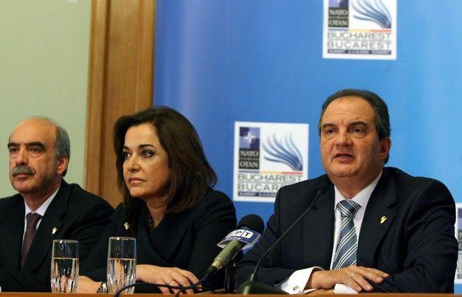Συνέντευξη τύπου του Πρωθυπουργού Κώστα Καραμανλή στα μέλη της Ελληνικής δημοσιογραφικής αποστολής στο Βουκουρέστι, μετά την λήξη των εργασιών  της Συνόδου κορυφής του ΝΑΤΟ σήμερα Παρασκευή 4 Απριλίου 2008. Στην φωτογραφία ο Πρωθυπουργός (Δ), η Υπουργός Εξωτερικών Ντόρα Μπακογιάννη (Κ) και ο Υπουργός Εθνικής 'μυνας Βαγγέλης Μεϊμαράκης (Α). (ΤΑΤΙΑΝΑ ΜΠΟΛΑΡΗ/ EUROKINISSI)
