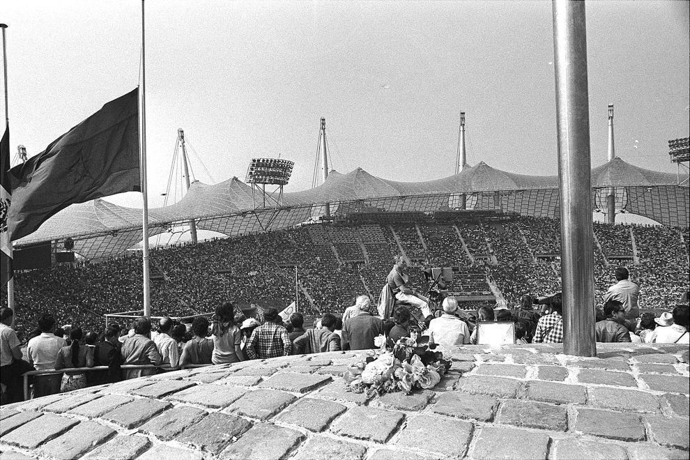 Μερικά λουλούδια στη βάση της Ολυμπιακής φλόγας, στη διάρκεια της επιμνημόσυνης τελετής για τα θύματα των τρομοκρατών στο Ολυμπιακό Στάδιο του Μονάχου (6/9/1972).