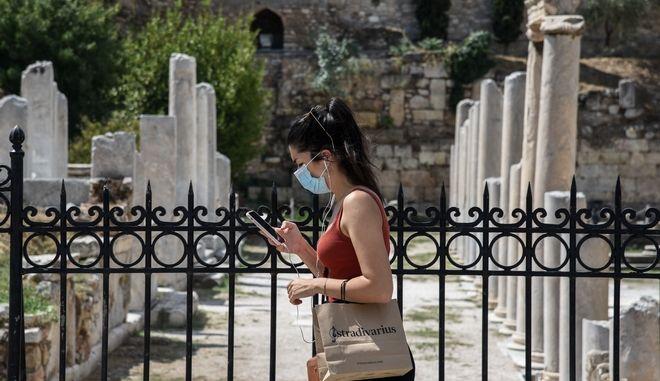 Γυναίκα με μάσκα στο Μοναστηράκι