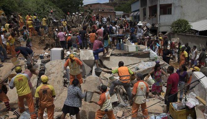 Διασώστες, κάτοικοι και εθελοντές ψάχνουν στα χαλάσματα μετά από κατολίσθηση στην παραγκούπολη του Νιτερόι
