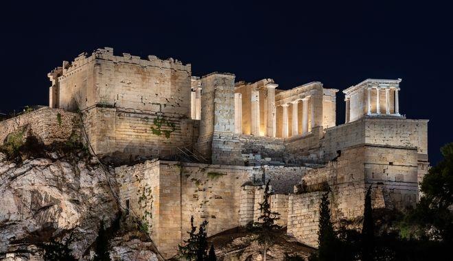 Ο Ιερός Βράχος της Ακρόπολης με τον νέο φωτισμό.