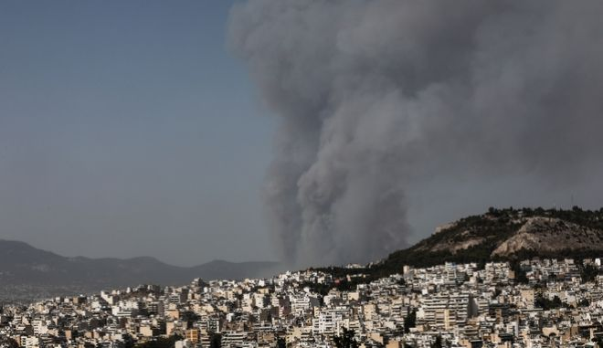 O καπνός από τη φωτιά στη Βαρυμπόμπη.