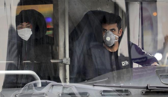 Οδηγός λεωφορείου φοράει προστατευτική μάσκα (ΦΩΤΟ Αρχείου)