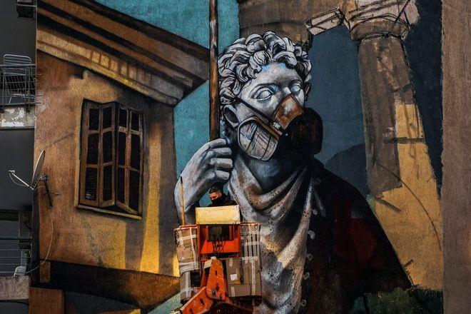 Γκραφίτι 15 μέτρων με θέμα την Covid-19 σε τοίχο πολυκατοικίας στη Δράμα