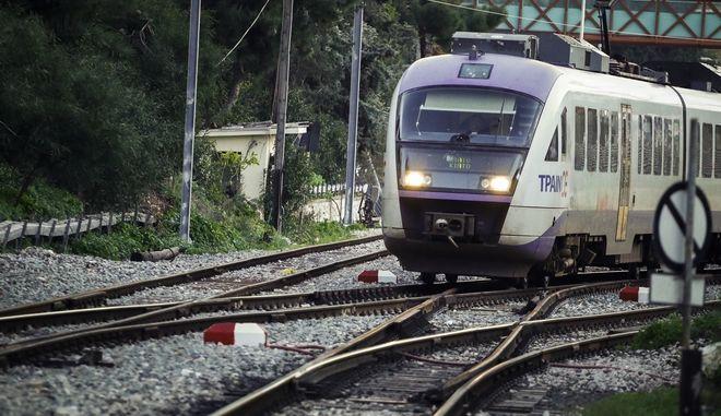 Τραίνο του Προαστιακού Σιδηροδρόμου εκτελεί δρομολόγιο