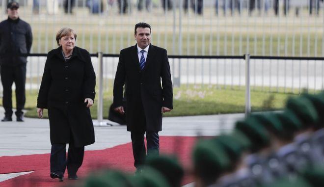 Η Γερμανίδα Καγκελάριος Άνγκελα Μέρκελ και ο πρωθυπουργός της πΓΔΜ Ζόραν Ζάεφ κατά την επίσκεψη του τελευταίου στο Βερολίνο τον περασμένο Φεβρουάριο