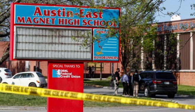 Αστυνομικοί πυροβόλησαν και σκότωσαν μαθητή μέσα σε λύκειο στη Νόξβιλ, στην πολιτεία Τενεσί, όταν όπως κατέθεσαν άνοιξε πυρ εναντίον τους