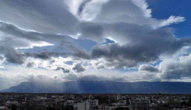 Οι ακτίνες του ήλιου περνούν μέσα από τα σύννεφα πάνω από την πόλη των Τρικάλων με φόντο την οροσειρά του Κόζιακα, την Πέμπτη 24 Μαρτίου 2016. Ο καιρός στο νομό Τρικάλων παραμένει άστατος τις δύο τελευταίες ημέρες. Κύρια χαρακτηριστικά βαριά συννεφιά, μικρά διαστήματα ηλιοφάνειας, δυνατοί βοριοδυτικοί άνεμοι, και κατα τόπους καταιγίδες ενώ η θερμοκρασία δεν ξεπερνά τους 14 βαθμούς Κελσίου. (EUROKINISSI/ΘΑΝΑΣΗΣ ΚΑΛΛΙΑΡΑΣ)