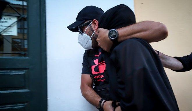 H 35χρονη που κατηγορείται για την επίθεση με βιτριόλι κατά 34χρονης στην Καλλιθέα οδηγείται στον Εισαγγελέα
