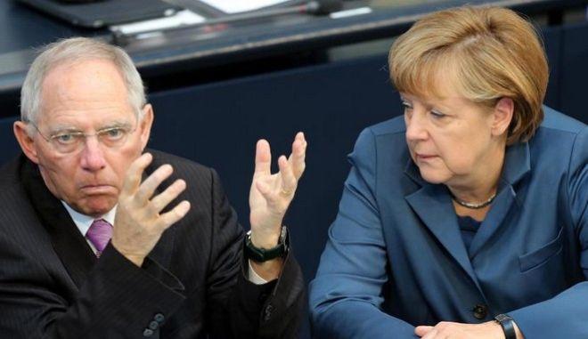 Wolfgang Schäuble und Angela Merkel im Bundestag. Schäuble warnt die Unionswähler, für die neue Anti-Euro-Partei Alternative für Deutschland zu stimmen. Foto: Wolfgang Kumm/Archiv