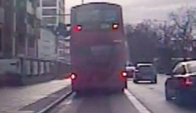 Βίντεο: Πετούν από το παράθυρο διώροφου λεωφορείου επιβάτη
