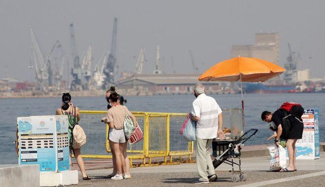 Κόσμος με μάσκες στη Θεσσαλονίκη