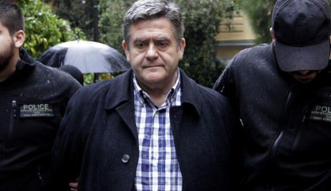Ο πρόεδρος του Νοσοκομείου Παίδων «Αγλαΐα Κυριακού» Χάρης Τομπούλογλου, αποχωρεί από τα δικαστήρια της οδού Ευελπίδων όπου και απολογήθηκε ενώπιον του 27ου για την υπόθεση που αφορά στη μίζα πολλών χιλιάδων ευρώ που φέρεται να ζήτησε από ιδιωτική εταιρεία για τη συνέχιση σύμβασης. Ο Χ. Τομπούλογλου παρέμεινε στο κτήριο 6 της Ευελπίδων για μιάμιση και πλέον ώρα. Τελικά, έλαβε εκ νέου προθεσμία για να απολογηθεί το Σάββατο 28 Δεκεμβρίου 2013. (EUROKINISSI/ΓΕΩΡΓΙΑ ΠΑΝΑΓΟΠΟΥΛΟΥ)