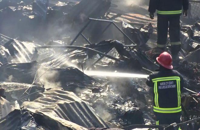 Οι υπηρεσίες πρώτων βοηθειών ανέφεραν ότι η πυρκαγιά εξαπλώθηκε σε διαμερίσματα και σε πολλές παράγκες προτού τεθεί υπό έλεγχο