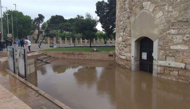 """Καταιγίδα """"σάρωσε"""" τη Θεσσαλονίκη - Χαλάζι, πλημμύρες και απεγκλωβισμοί"""