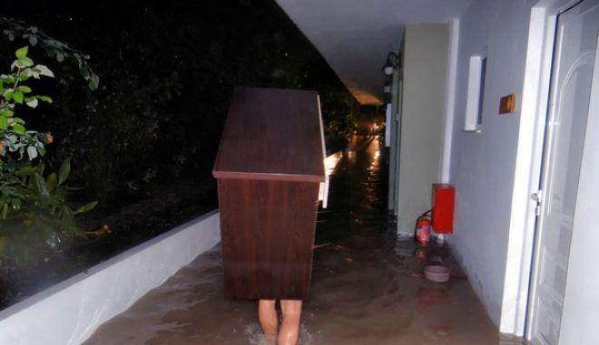 Σοβαρά προβλήματα και από τη νέα κακοκαιρία στο νησί της Ρόδου τα ξημερώματα της 26 Νοεμβρίου 2013. Σύμφωνα με τις αρμόδιες αρχές η κατάσταση βρίσκεται υπό έλεγχο ενώ οι πυροσβεστικές δυνάμεις βρίσκονται επί ποδός και έχουν δεχτεί 50 κλήσεις για άντληση υδάτων. (EUROKINISSI/ΣΥΝΕΡΓΑΤΗΣ)