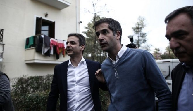 The president of New Democracy Kyriakos Mitsotakis and the Regional Governor of Continental Greece Kostas Bakogiannis visit a hotel which accomodates families of refugees, in Thermopiles, on March 11, 2016 /              ,      ,  ,  11 , 2016