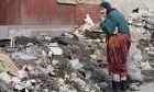 Γυναίκα τρώει φαγητό από τα σκουπίδια - Φωτογραφία αρχείου