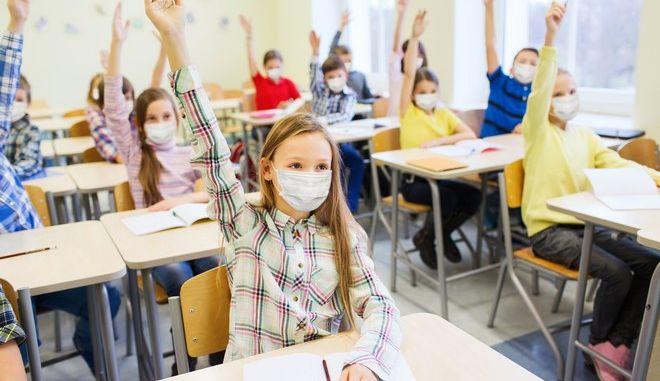 Παιδιά με μάσκες σε σχολείο του εξωτερικού (φωτογραφία αρχείου)
