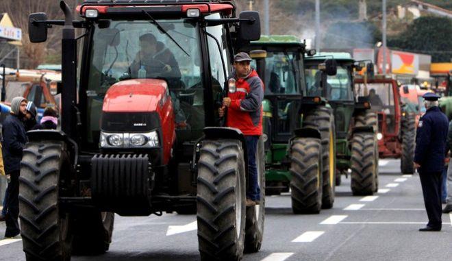 Τρακτέρ στο μπλόκο της Συντονιστικής Επιτροπής Αγροτών και Κτηνοτρόφων του Ν. Λάρισας στα Τέμπη την Τετάρτη 20 Ιανουρίου 2016. Στα αιτήματα των αγροτών και κτηνοτρόφων από την Λάρισα εκτός από το ασφαλιστικό, το φορολογικό και το κόστος παραγωγής περιλαμβάνονται,επίσης, και αιτήματα που έχουν να κάνουν με τις επιστροφές πληρωμών πετρελαίου από το 2013, την πληρωμή των δικαιωμάτων,αλλά και την πληρωμή της εξισωτικής για τους κτηνοτρόφους, όπως επίσης και το θέμα της φορολόγησης του κρασιού καθώς επί ποδός πολέμου βρίσκονται και οι αμπελουργοί και οι οινοποιοί. (EUROKINISSI)