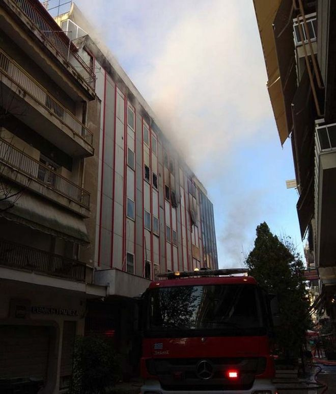 Στις φλόγες το κτίριο της Β' ΔΟΥ στη Λάρισα