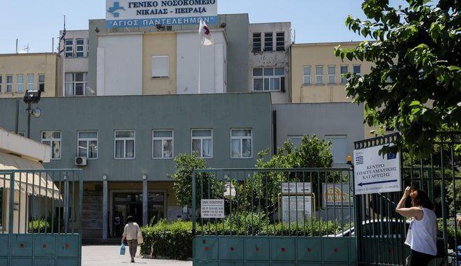 Το Γενικό Κρατικό Νοσοκομείο Νίκαιας την Κυριακή 30 Ιουνίου 2019. Το Σάββατο 30/06 κατά τη διάρκεια ενός από τους συχνούς ελέγχους ρουτίνας από την Αστυνομία που γίνονται σε νοσοκομεία για τον εντοπισμό ατόμων που εργάζονται παράνομα ως αποκλειστικές νοσοκόμες, 50χρονη γυναίκα από την Αρμενία φαίνεται φοβήθηκε τον έλεγχο και επιχείρησε να διαφύγει, πηδώντας από το παράθυρο του 1ου ορόφου στο κενό, όμως κατά πτώση της τραυματίστηκε σοβαρά. Αμέσως μεταφέρθηκε στα Επείγοντα, όμως λίγο αργότερα κατέληξε. (EUROKINISSI/ΓΙΑΝΝΗΣ ΠΑΝΑΓΟΠΟΥΛΟΣ)