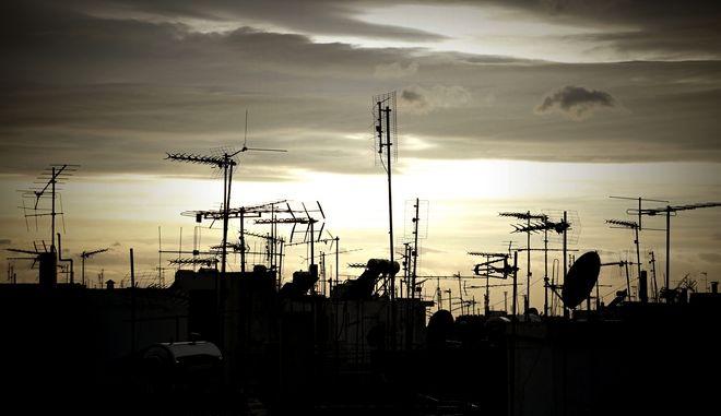 Η σκιά κεραιών τηλεόρασης σε ταράτσες πολυκατοικιών στην Αθήνα. (EUROKINISSI/ΣΤΕΛΙΟΣ ΜΙΣΙΝΑΣ)