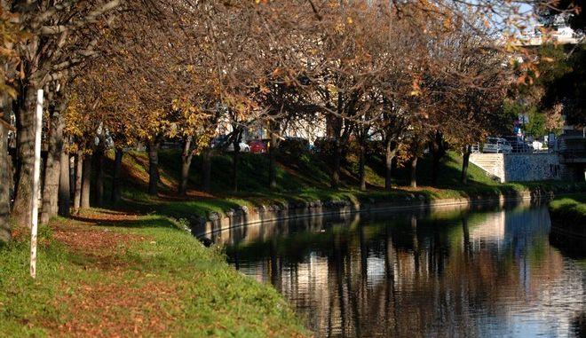 Απόγευμα του Νοέμβρη στις όχθες του Ληθαίου ποταμού στην πόλη των Τρικάλων