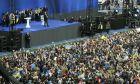 Στιγμιότυπο από το debate στο Ολυμπιακό στάδιο του Κιέβου των δύο υποψήφιων για τον προεδρικό θώκο της Ουκρανίας
