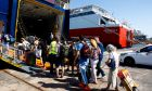 Ταξιδιώτες επιβιβάζονται σε πλοίο- Φωτογραφία αρχείου.