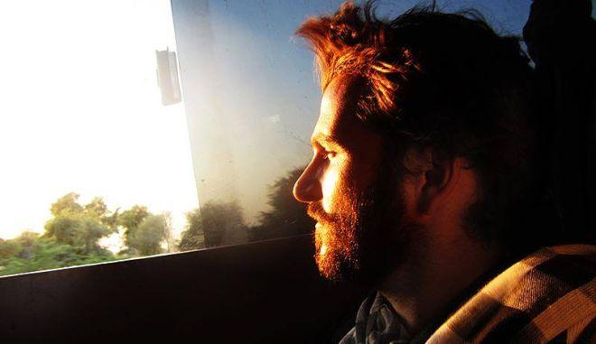 Νίκησε τον καρκίνο και γυρίζει τον κόσμο με λεωφορεία της γραμμής και τη φωτογραφική του μηχανή