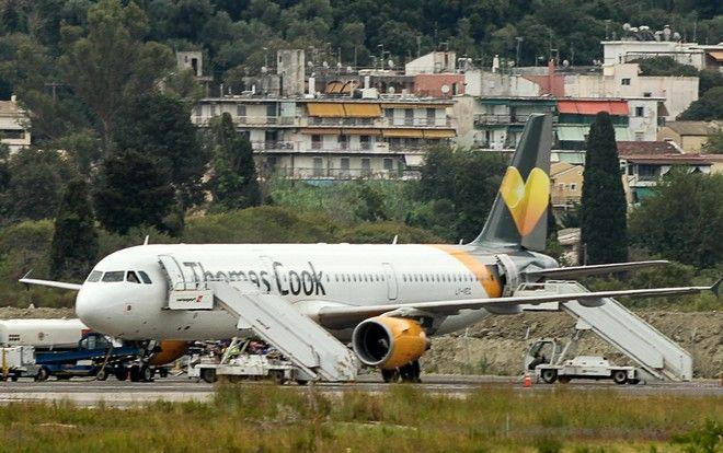 Αεροπλάνο του ταξιδιωτικού γραφείου Thomas Cook ετοιμάζεται για απογείωση από το αεροδρόμιο της Κέρκυρας μετά την επιβίβαση βρετανών τουριστών.