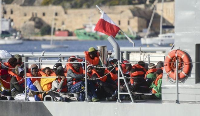 Μετανάστες αποβιβάζονται στο λιμάνι της Μάλτας.