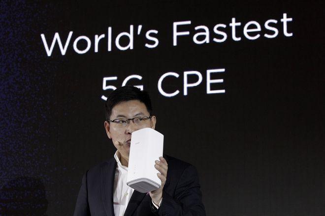 O Richard Yu, CEO της Huawei Consumer Business Group παρουσιάζει το wireless router.