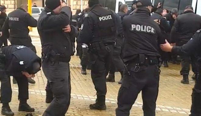 Αστυνομικοί ψεκάζουν με σπρέι κόντρα στον άνεμο, το εισπνέουν οι ίδιοι