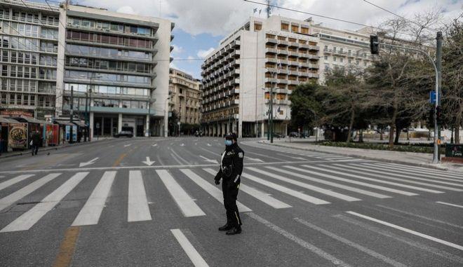 Έλεγχοι από αστυνομικούς στην Αθήνα για την εφαρμογή της απαγόρευσης κυκλοφορίας λόγω κορονοϊού