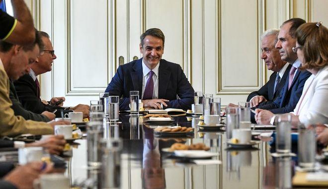 Σύσκεψη υπό τον πρωθυπουργό Κυριάκο Μητσοτάκη για θέματα μεταναστευτικής πολιτικής με τη συμμετοχή του Δημήτρη Αβραμόπουλου, του υπουργού Προστασίας του Πολίτη Μιχάλη Χρυσοχοΐδη και του αναπληρωτή υπουργού, αρμόδιου για τη Μεταναστευτική Πολιτική, Γιώργου Κουμουτσάκου