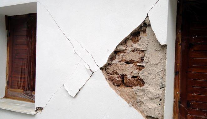 Σεισμικές δονήσεις σημειώθηκαν στον δήμο Οιχαλίας, στην Μεσσηνία, την Δευτέρα 10 Οκτωβρίου 2011, προκαλώντας ζημιές στο χωριό Κατσαρού, όπου το καμπαναριό της εκκλησίας έχει πάρει κλίση, τέσσερα καφενεία έχουν υποστεί ρωγμές ενώ 25 σπίτια χαρακτηρίστηκαν ακατοίκητα. (EUROKINISSI // ΣΥΝΕΡΓΑΤΗΣ)