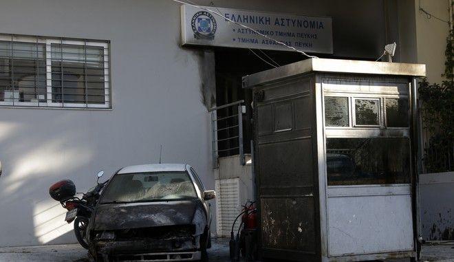 Επίθεση με βόμβες μολότοφ στο Αστυνομικό Τμήμα Πεύκης από ομάδα 10 περίπου αγνώστων ατόμων τα ξημερώματα της Πέμπτης 26 Οκτωβρίου 2017. Από την επίθεση με τις βόμβες μολότοφ προκλήθηκε πυρκαγιά σε τρία από τα οχήματα που ήταν παρκαρισμένα στο προαύλιο, ενώ ζημιές προκλήθηκαν στην κεντρική είσοδο και στα παράθυρα. (EUROKINISSI/ΓΙΑΝΝΗΣ ΠΑΝΑΓΟΠΟΥΛΟΣ)